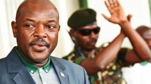 """O presidente do Burundi Pierre Nkurunziza, aqui a 17 de Maio em Bujumbura, não participou na cimeira de Dar es Salaam sobre a crise no Burundi a 31 de Maio alegando estar em """"campanha""""."""