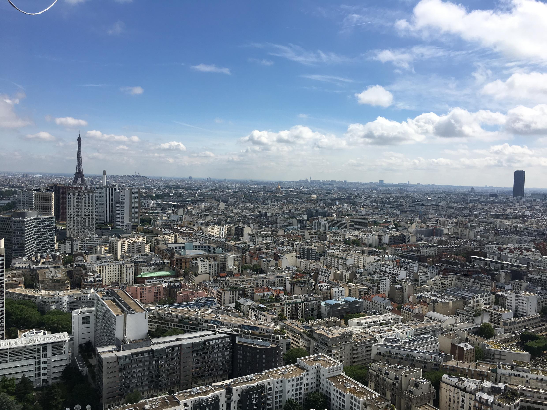 Passeio de balão oferece vista panorâmica de Paris.