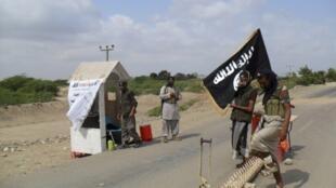 Wafuasi wa Al Qaeda wakiwa katika kizuizi cha kuingilia kwenye mji wa Zinjibar nchini Yemeni