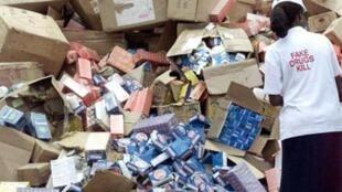 Un membre de Nafdac jette des cartons de médicaments frauduleux à Lagos.