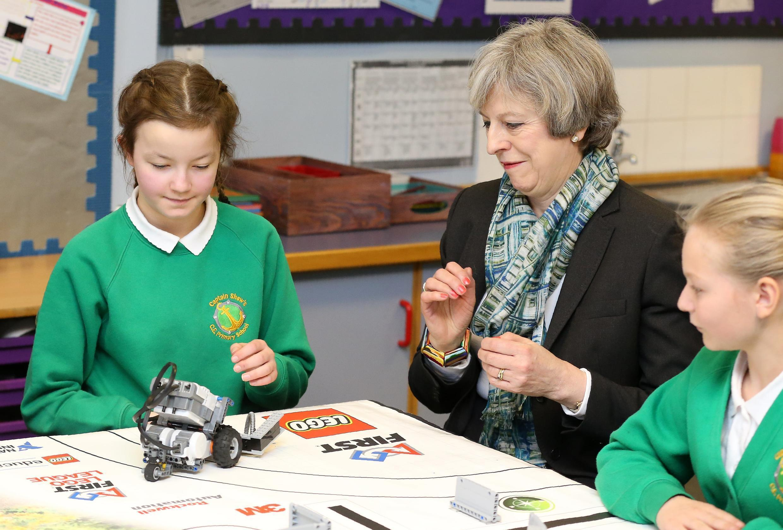 Премьер-министр Великобритании Тереза Мэй во время своего визита в школу в Бутле, 15 февраля 2017 года.