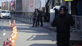 Polícia turca nos arrecodres da discotece Reina, de Istambul, que foi alvo do ataque de primeiro de janeiro de 2017.