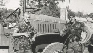 Deux soldats de la Légion étrangère armés de MAT 49 lors de la bataille de Kolwezi en 1978 devant un camion GMC.