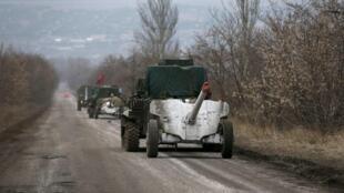 Xe bọc thép của quân đội Ukraina rút khỏi thành phố Debaltseve. Ảnh ngày 26/02/2015.