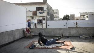 Le lutteur sénégalais, Moussa Diop, s'entraîne sur le toit de sa maison, le 15 avril 2020.
