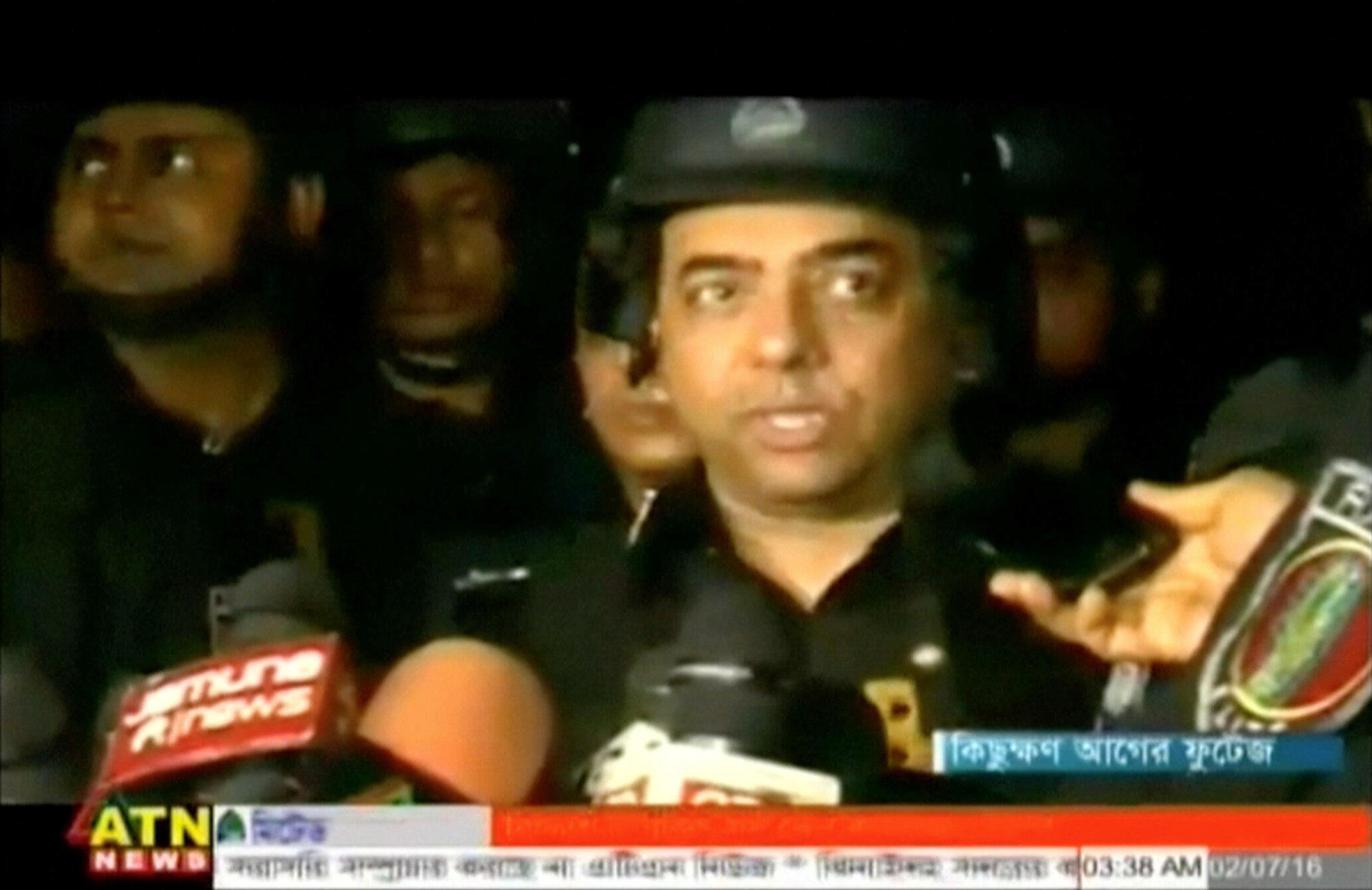 Le chef du bataillon d'intervention rapide Benazir Ahmed s'adressant aux médias, dans la nuit de vendredi à samedi.