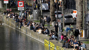 2021-04-02 france paris Canal Saint Martin covid-19 social distancing