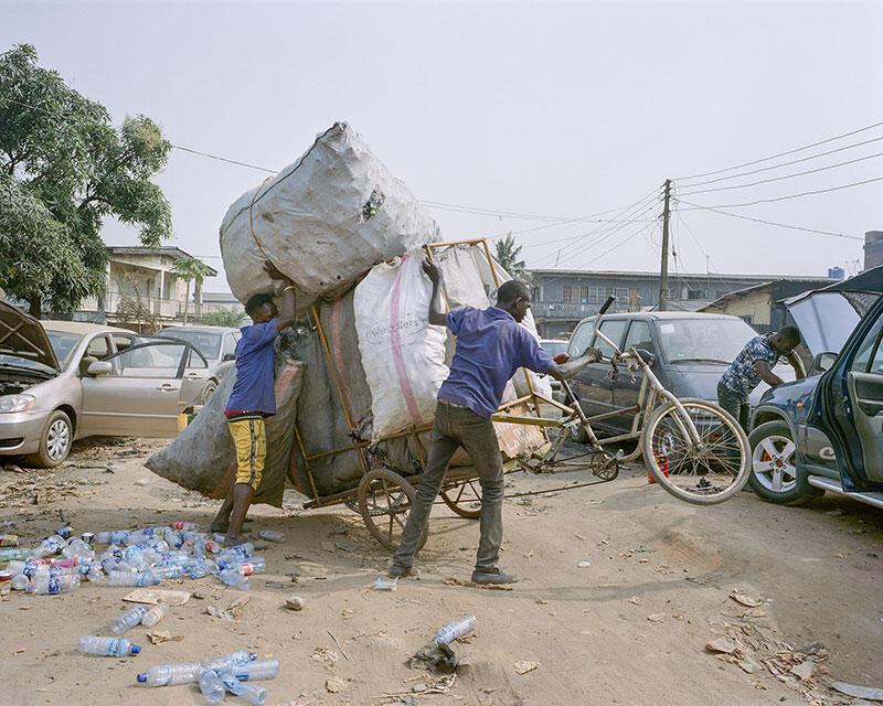 Au Nigeria, la bien nommée Wecyclers collecte les déchets et les recycle.