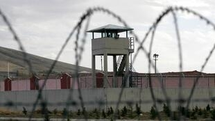 Cette photo d'archive prise le 02 novembre 2012 montre une tour de guet de la prison de Sincan, à l'extérieur d'Ankara.