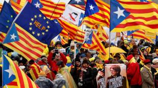 Des manifestants en faveur de l'indépendance de la Catalogne dans les rues de Bruxelles, en Belglique, le pays où s'est récemment exilé Carles Puidgemont.