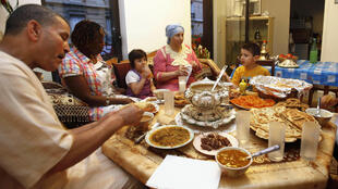 Une famille parisienne rassemblée pour l'Iftar, la rupture quotidienne du jeûne, au coucher du soleil.
