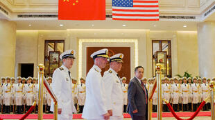 Tham mưu trưởng hải quân Mỹ, đô đốc John Richardson viếng thăm Trung Quốc. Ảnh ngày 18/07/2016