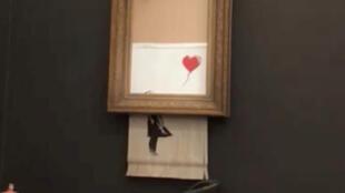 Dès la fin de l'enchère, la toile de l'artiste Banksy s'est autodétruite.