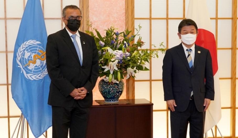 世界衛生組織總幹事譚德賽與日本外務大臣茂木敏充資料圖片