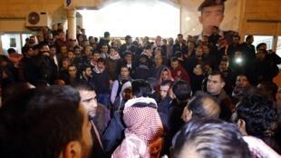 Après l'annonce de l'exécution du jeune pilote, les Jordaniens sont sous le choc. Certains sont venus à la maison de condoléances de la tribu de Moaz Kasasbeh à Amman.
