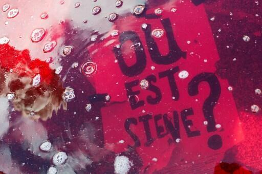 Une pancarte «Où est Steve?» dans une fontaine de Nantes, le 31 juillet 2019.