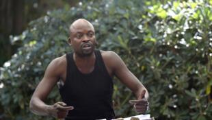 Criss Niangouna interprète «Attitude clando», un texte de son frère Dieudonné Niangouna. Lecture au jardin de la rue de Mons, dans le cadre de «Ça va, ça va l'Afrique !» au Festival d'Avignon.