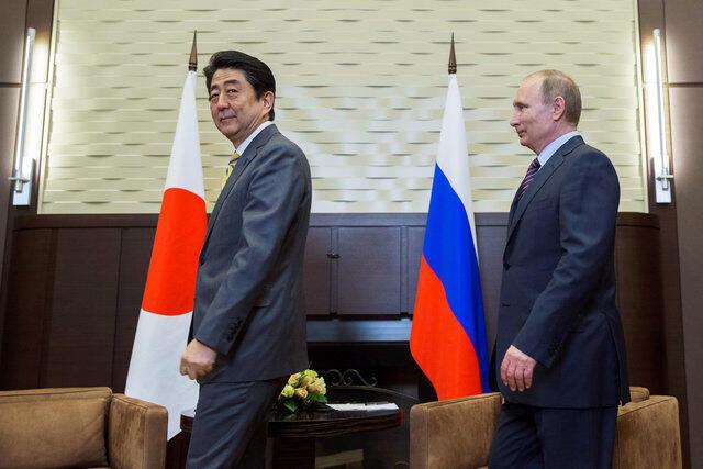 Tổng thống Nga Vladimir Putin (p) và thủ tướng Nhật Bản Shinzo Abe từng gặp nhau ngày 06/05/2016 tại Sochi (Nga).Pavel Golovkin/Pool