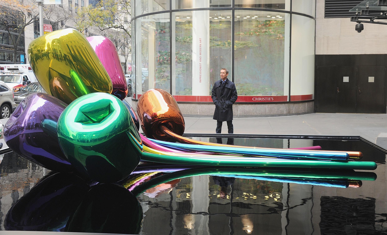 Джефф Кунс и его тюльпаны у Рокфеллеровского центра в Нью-Йорке, ноябрь 2012 года