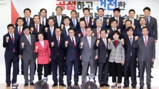 Các nghị sĩ rời bỏ đảng cầm quyền Saenuri lập đảng mới chụp ảnh chung ngày 27/12/2016.
