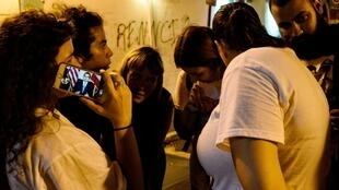 Des manifestants écoutent l'annonce par le gouverneur de Porto Rico de sa démission, à San Juan, le 24 juillet 2019.