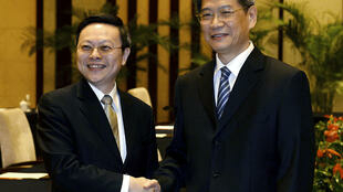 Rencontre historique à Nankin entre Wang Yu-chi (G), chef de l'association taïwanaise chargée des relations avec le continent et Zhang Zhijun (D), chef du Bureau chinois des Affaires taïwanaises.