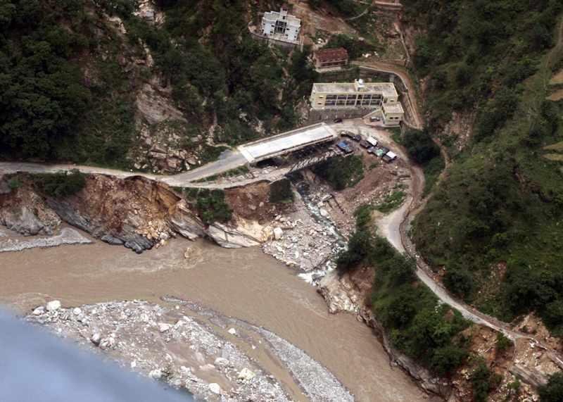 印度喜馬拉雅山南麓Uttarakhand一條河旁被衝毀的公路和住宅2013年6月23日