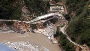 印度喜马拉雅山南麓Uttarakhand一条河旁被冲毁的公路和住宅2013年6月23日
