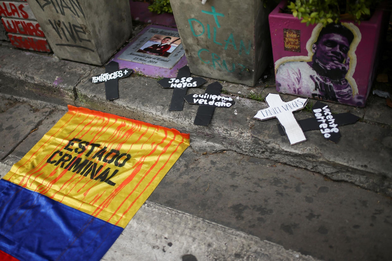 Un drapeau colombien sur lequel est écrit «État criminel» lors d'une manifestation contre l'augmentation des massacres en Colombie, à Bogota, le 21 août 2020.