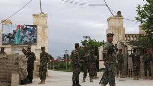 Afghanistan : Binh lính canh phòng trước căn cứ bị tấn công tại Mazar-è-Charif ngày 21/04/2017.