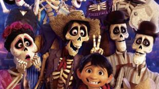 El niño Miguel rodeado de su antepasados, en la película animada 'Coco', de Disney Pixar.