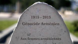 Une stèle dans le memorial du génocide arménien à Marseille, dans le sud de la France.