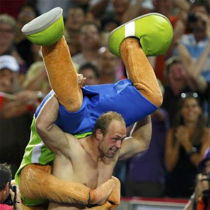 L'Allemand Robert Harting fête son titre de champion du monde de lancer du disque par un lancer de mascotte des Mondiaux.