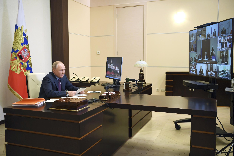 Владимир Путин разговаривает с членами СПЧ