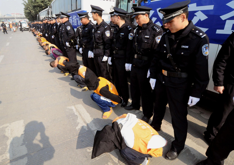 Parade de la police en compagnie d'un groupe de criminels condamnés à mort à Nanning, dans la province du Guangxi, fin 2011.