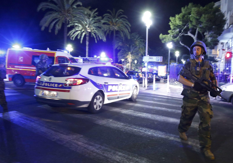 Policiais e militares fazem a segurança no Passeio dos Ingleses, em Nice, logo após o ataque terrorista.