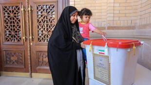 Les partis réformateurs se sont engagés à faciliter la présence des femmes dans la vie politique, signe de l'évolution de la société iranienne (2e tour du scrutin législatif le 29 avril 2016, une femme vote à Shiraz).