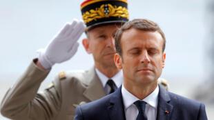 رئیس جمهوری جدید فرانسه، بر اساس سنت جمهوری پنجم از کاخ الیزه به میدان شارل دوگل رفت و با نثار تاج گلی بر مرقد سرباز گمنام و روشن کردن مشعل کنار آن نسبت به قربانیان جنگهای تاریخ فرانسه ادای احترام کرد.