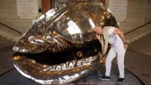 摩纳哥海洋博物馆的正门大厅一座喷上了金色的铜雕海螺迎接着参观者,这座题为《生命的起源》巨型海螺长3米1 ,宽2米2 ,高2米7,展示了从某种意义上讲不少生命起源于海洋。