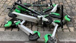 Paris: Um jovem morre num acidente de patinete elétrica.