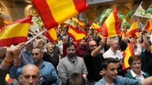 Les partisans du parti d'extrême droite espagnol Vox agitent des drapeaux espagnols lors d'un meeting de campagne à Burgos, dans le nord de l'Espagne, le 14 avril 2019, avant les élections générales du 28 avril.