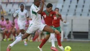 Le Marocain Abdelkabir El Ouadi (à droite) à la lutte avec un joueur nigérian.