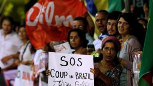 Simpatizantes da presidente Dilma Rousseff em manifestação em Brasília nesta terça-feira (10).