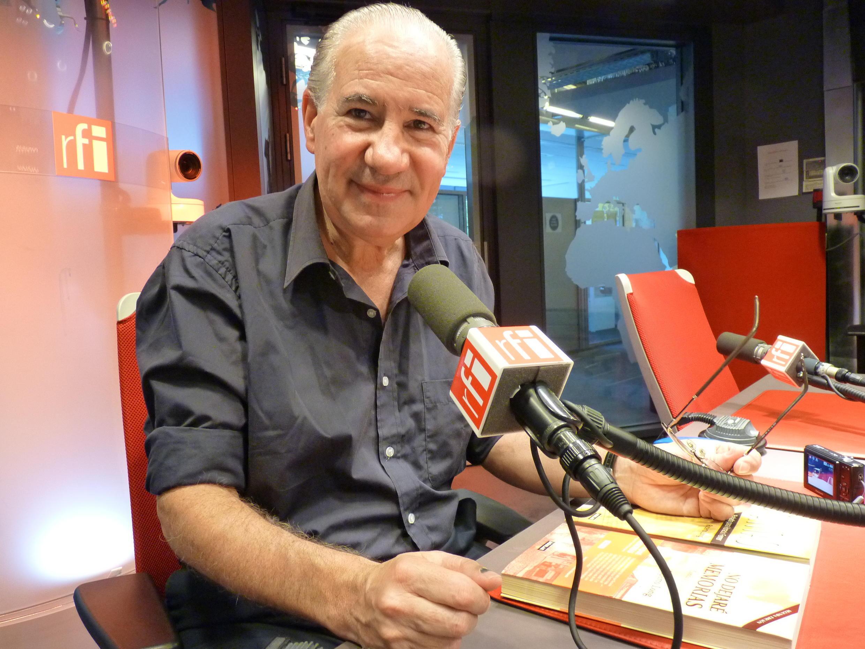 Ruperto Long en los estudios de Radio Francia Internacional