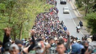 图为1月16日在危地马拉一条道路上行走的洪都拉斯非法移民。他们准备前往美国