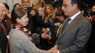 Durante a conferência, o presidente francês, François Hollande, encontra a jovem Junan Badel, ex-escrava do grupo Estado Islâmico