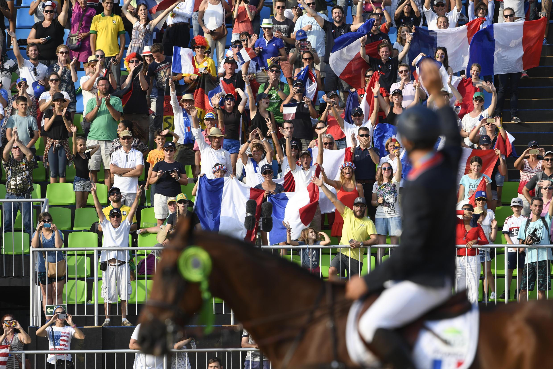 Le cavalier français Astier Nicolas salue la foule après les épreuves individuelles de concours complet des JO 2016, au Brésil, le 9 août 2016.