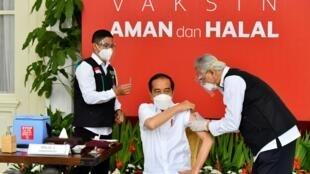 El presidente de Indonesia, Joko Widodo, recibe la primera inyección de la vacuna contra el covid-19 en el país, el 13 de enero de 2021 en Yakarta