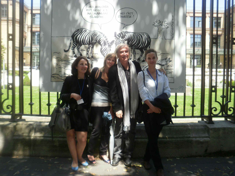 Plantu, le président de l'association «Cartooning for peace», avec une partie de son équipe, lors de l'exposition «Visions de l'étranger» à Paris.