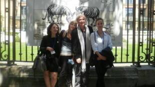 Plantu, le président de l'association «Cartooning for peace», avec une partie de son équipe, à Paris.